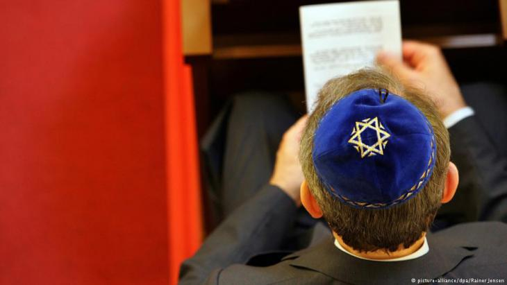 A member of Berlin′s Jewish community prays in the synagogue in Berlin Wilmersdorf (photo: dpa/picture-alliance)