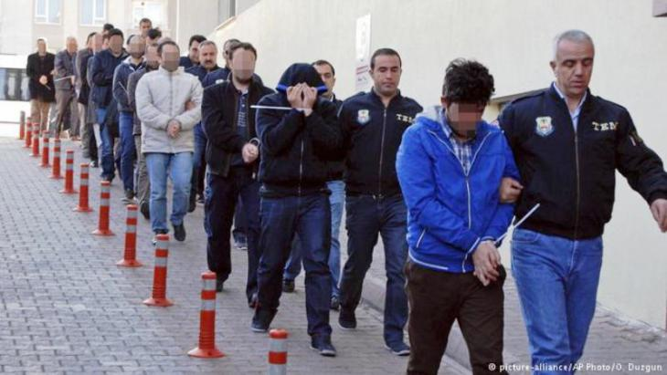 Turkish police round up suspected Gulen supporters (photo: picture-alliance/AP Photo/O. Duzgun)