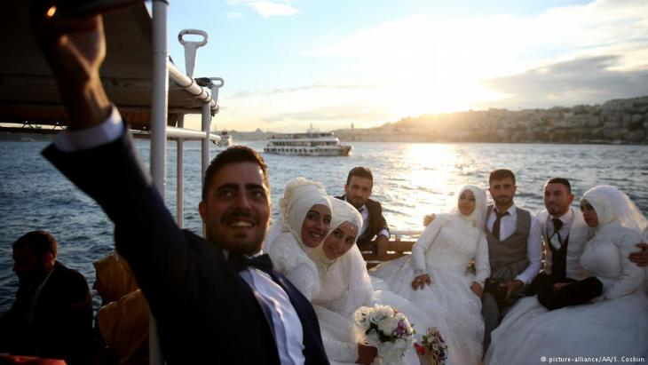Turkish wedding couples in Istanbul (photo: picture-alliance/AA/S. Coskun)