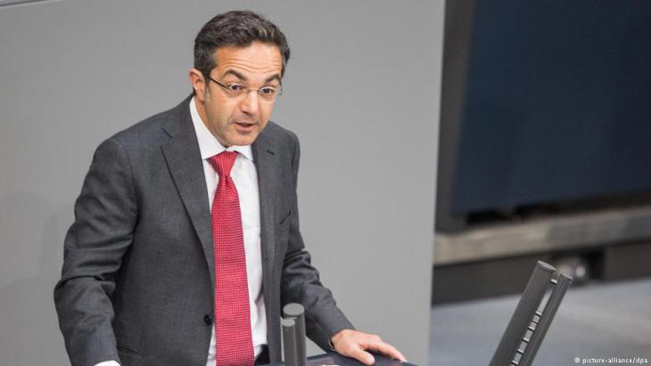 Kermani addresses the German Bundestag on the 65th anniversary of the promulgation of Germany′s Basic Law (photo: picture-alliance/dpa)