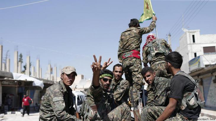 Kurdish People′s Protection Units in the Syrian town of Raqqa (photo: picture-alliance/dpa)