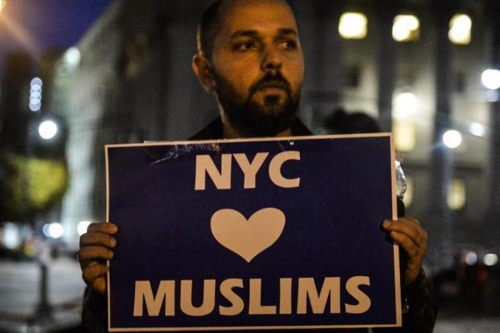 "Muslim man from Manhattan holds up a sign emblazoned with the message ""New York City loves Muslims"" during a vigil for victims of the New York terror attack (photo: dpa)"