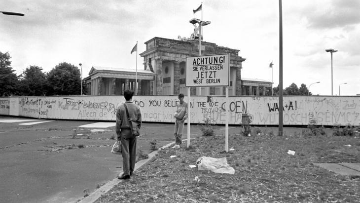 The Berlin Wall and the Brandenburg Gate in 1987 (photo: picture-alliance/dpa)