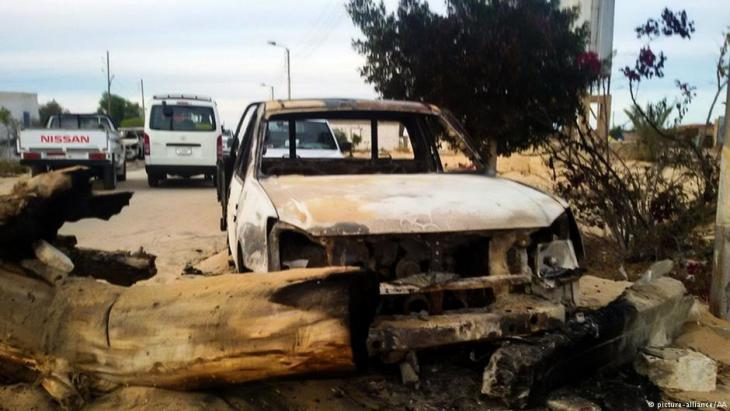 Burnt-out cars in Rawda, North Sinai following the attack by IS (photo: picture-alliance/AA)