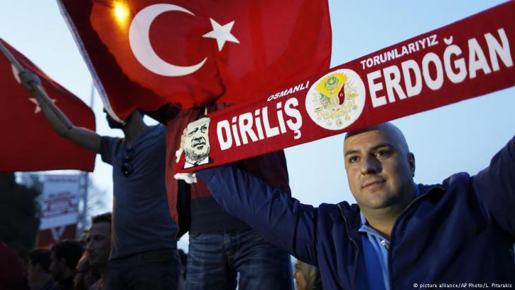 Erdogan supporters celebrate the adoption of the Turkish presidential system (photo: picture-alliance/AP)