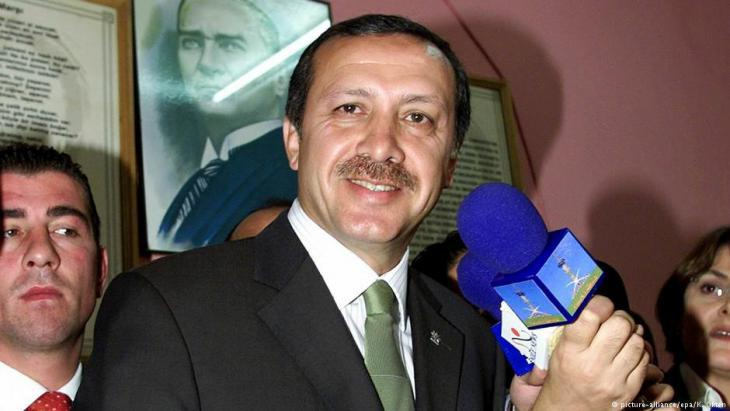 Recep Tayyip Erdogan following the AKP election victory in 2002 (photo: picture-alliance)