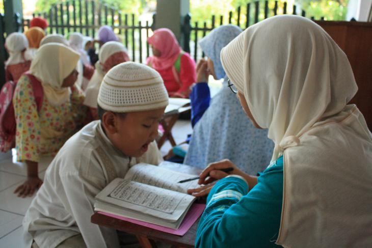 Teaching children at Al-Muhtadin Koranic Education Centre, Indonesia (source: tpamuhtadin.wordpress.com)