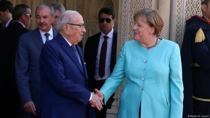 German Chancellor Angela Merkel and Tunisian President Beji Caid Essebsi shake hands, Tunis, March 2017 (photo: Reuter/Z. Souisi)