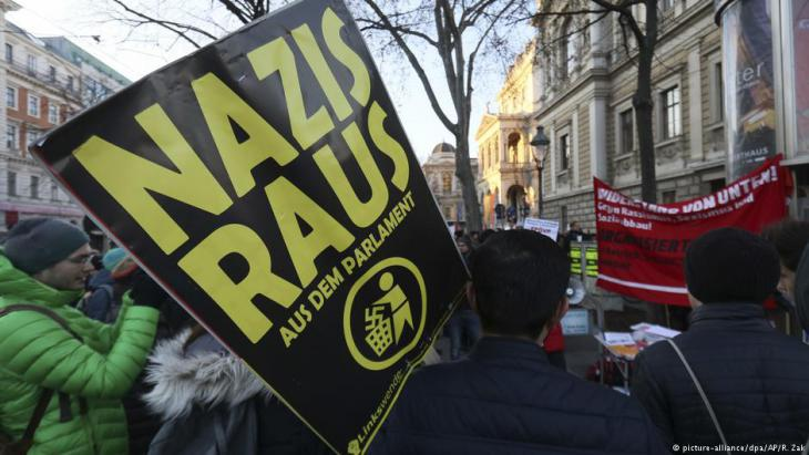 People protesting against Austria's new coalition government in Vienna (photo: picture-alliance/dpa)