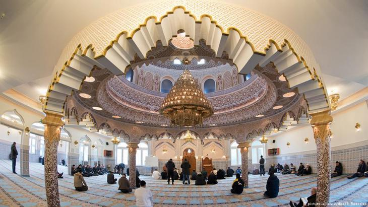 Muslims pray in the Abubakr Mosque in Frankfurt, Germany (photo: picture-alliance/dpa)
