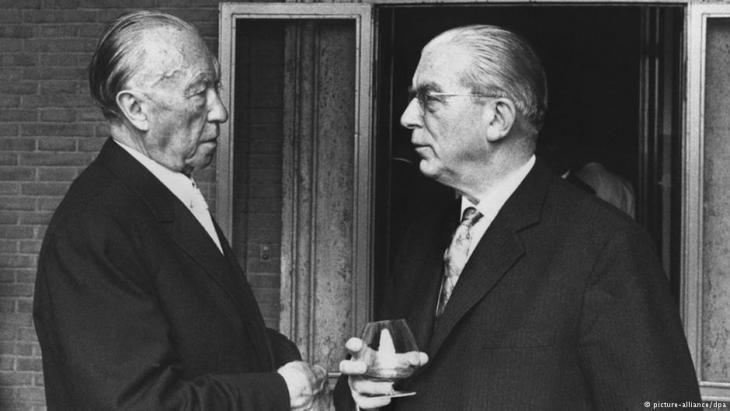 Chancellor Konrad Adenauer and Secretary of State Hans Globke (right) in September 1963 (photo: picture-alliance/dpa)