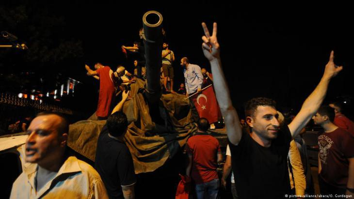 Turks celebrate the failure of the attempted coup in July 2016 (photo: picture-alliance/abaca/O. Gurdogan)