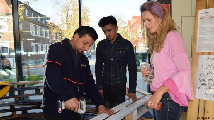 Khabat, Thamer und artist Ines Ambaum at work (photo: DW/W. Dick)