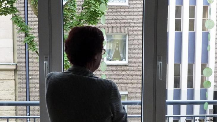 Monika Muller looks out of the window in her surgery (photo: Matthias von Hein/DW)