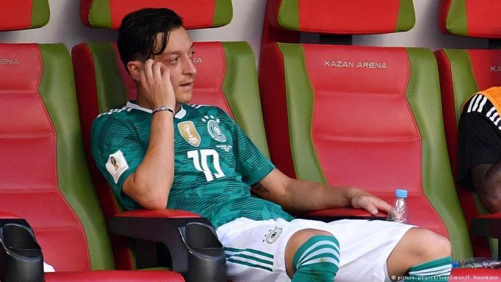 A disappointed Mesut Ozil following the German teamʹs failure to make it to the quarter-finals of the FIFA World Cup in Russia in June 2018 (photo: picture-alliance)