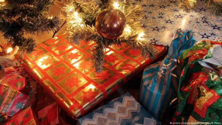 Christmas presents under the tree (photo: picture-alliance/dpa)