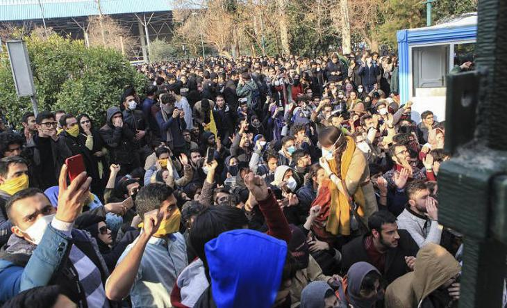 Students protesting on the grounds of the University of Tehran on 30 December 2017 (photo: dpa)
