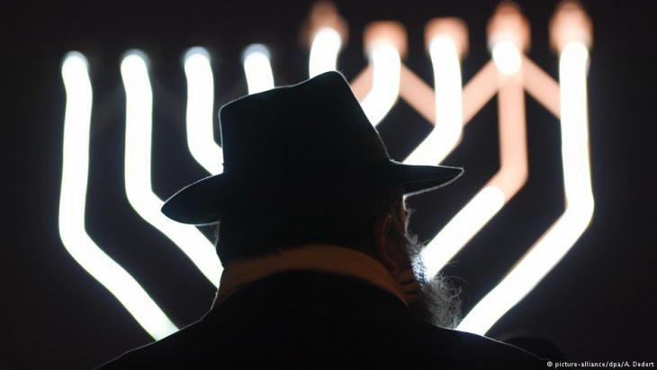A jewish man photographed from behind (photo: picture-alliance/dpa)