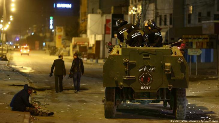 alternative Security forces patrol following protests in the Ettadamen neighbourhood, Tunis (photo: picture-alliance/Anadolu Agency)