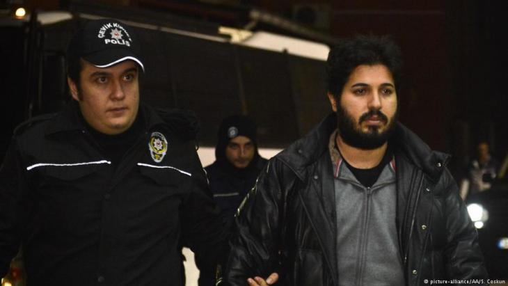 The Turkish-Iranian businessman Reza Zarrab during his arrest at the airport in Istanbul on 17 December 2013 (photo: picture-alliance/AAA)