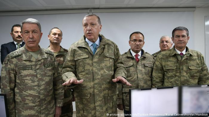 Turkish President Erdogan (front row, second from left) visiting Hatay military base near the border with Syria (photo: picture-alliance)