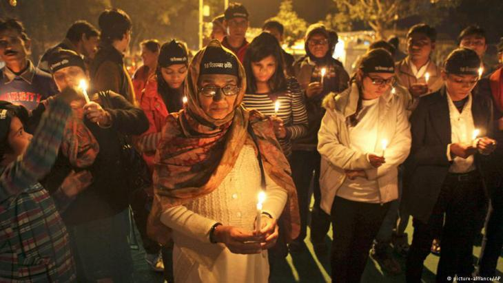 Vigil to mark the first anniversary of the death of gang rape victim Jyoti Singh Pandey (photo: picture-alliance/AP)