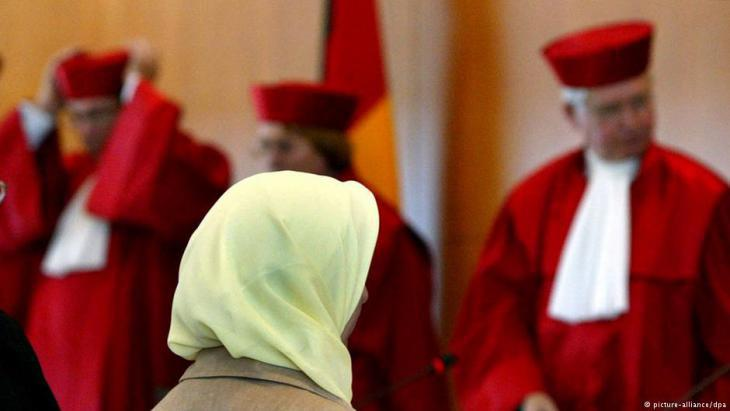Muslim teacher – and named plaintiff in the headscarf controversy – Fereshta Ludin at the German Constitutional Court in Karlsruhe on 24.09.2003 following the controversial ruling (photo: dpa/picture-alliance)