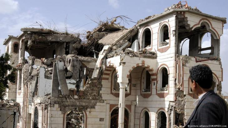 Houses destroyed by Saudi fighter planes in the Yemeni capital, Sanaa (photo: picture-alliance/ZUMA PRESS)