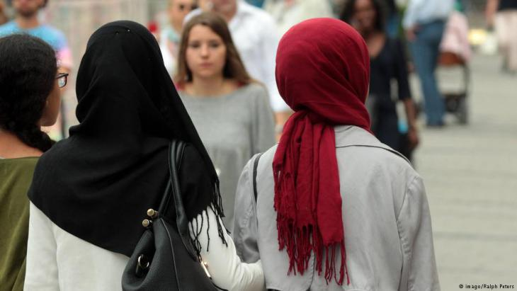 Muslim women wearing headscarves in Munich city centre (photo: imago/Ralph Peters)