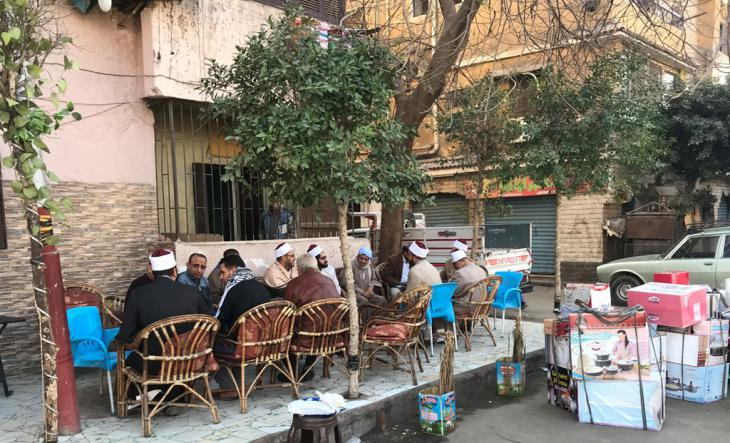 Al-Azhar sheikhs meeting in a cafe with residents of Cairo′s Sharabiya quarter (photo: Karim El-Gawhary)