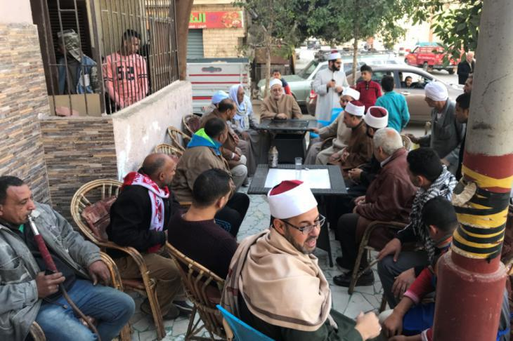Al-Azhar imams meeting in a cafe with residents of Cairo′s Sharabiya quarter (photo: Karim El-Gawhary)