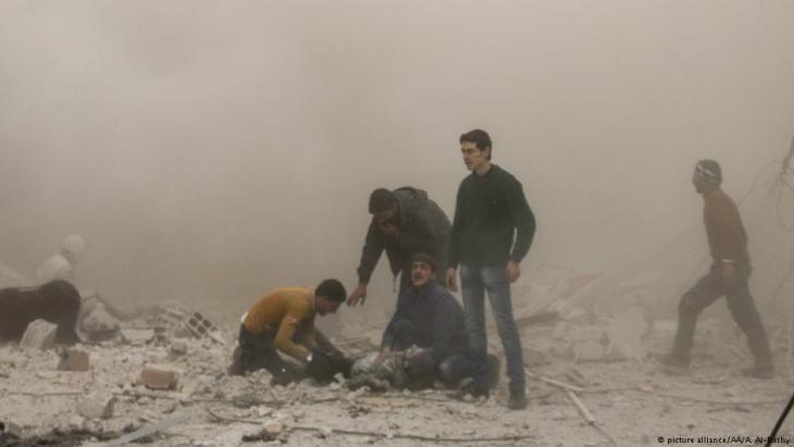 Civilians search for missing people in besieged East Ghouta (photo: picture-alliance/AA)