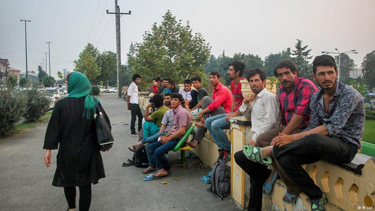 Unemployed Iranians wait for casual work (photo: Mizan)