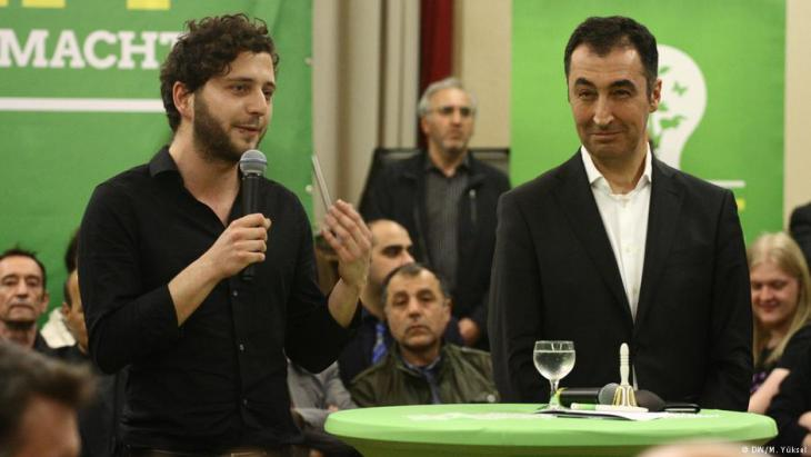 """Erdogan, Islam, Integration"" event held in Duisburg-Marxloh to discuss the deterioration of German-Turkish relations and other issues surrounding integration on 29.03.2017, with former co-chair of the German Green Party and son of Turkish migrants, Cem Ozdemir (right) (photo: DW/M. Yuksel)"