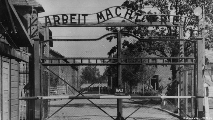 Entrance to Auschwitz concentration camp (photo: picture-alliance/AP)