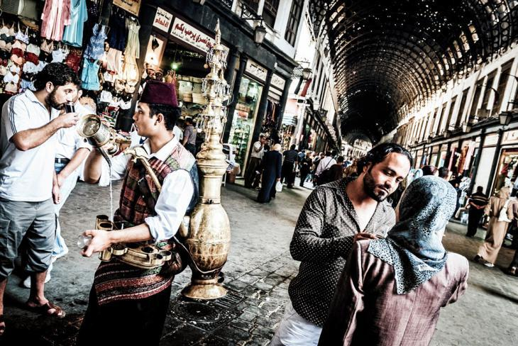 A tamarind juice seller on the main walkway through the bazaar in Damascus (photo: Lutz Jakel)