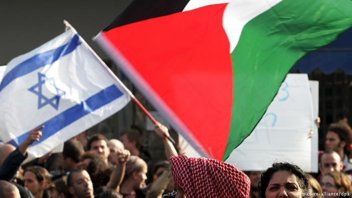 Peace activists: waving both Israeli and Palestinian flags (photo: dpa)