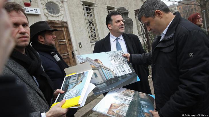 Raed Saleh at the presentation of plans to reconstruct the synagogue on Berlinʹs Fraenkelufer in March (photo: Getty Images)