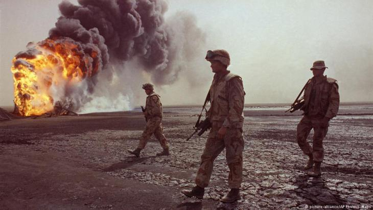 American troops in front of burning oil fields near Kuwait City in 1991 (photo: picture-alliance/AP)