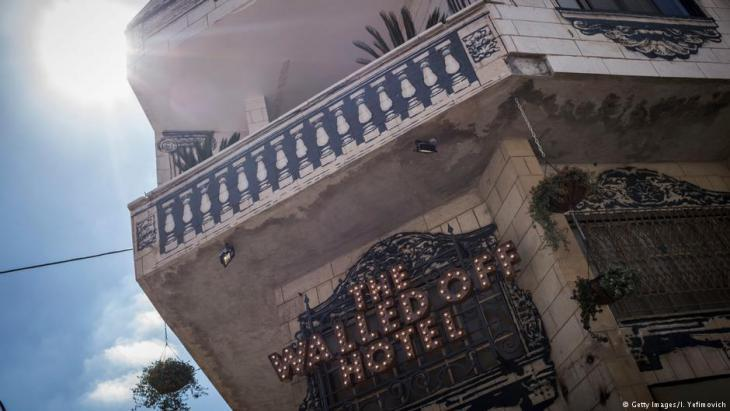"""British artist Banksyʹs """"Walled Off Hotel"""" in Bethlehem (photo: Getty Images)"""