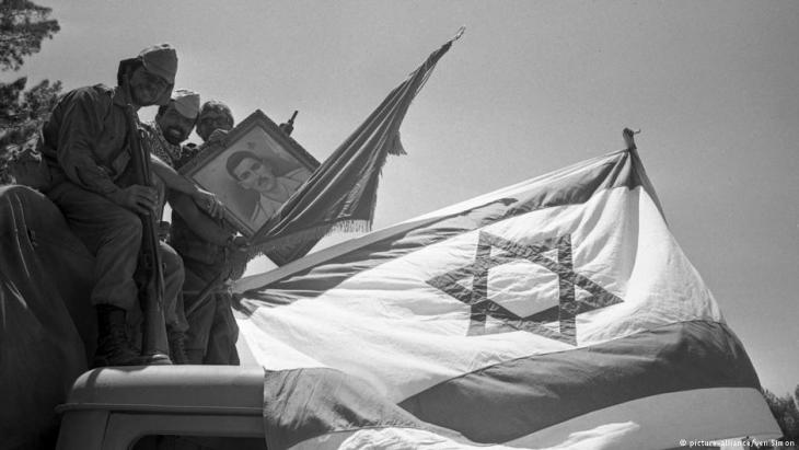 Victorious Israeli soldiers sit atop a jeep brandishing a picture of Gamal Abdel Nasser, then president of Egypt, who triggered the Six Day War by blocking the Straits of Tiran. The Six Day war between Israel and the Arab states of Egypt, Jordan and Syria lasted from 5 June to 10 June 1967 (photo: picture-alliance/ven Simon)