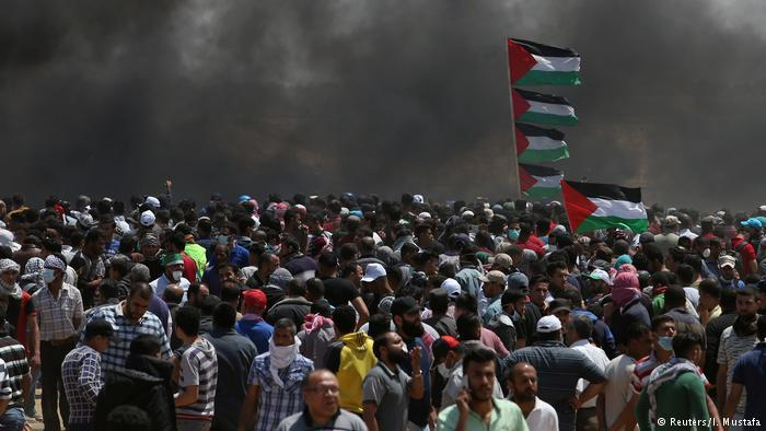 Mass protest by Palestinians at the Gaza–Israel border after the opening of the US embassy in Jerusalem (photo: Reuters)