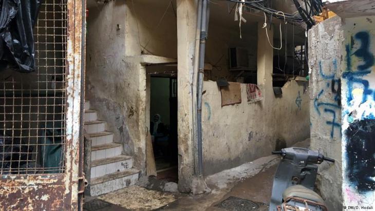 The entrance to the flat where Hafida Khatib lives in the Palestinian refugee camp Burj el-Barajneh, Lebanon (photo: Diana Hodali/DW)