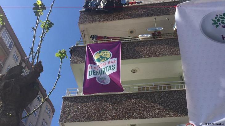 Election poster showing Selahattin Demirtas, arrested party leader of pro-Kurdish HDP in Diyarbakir, Turkey (photo: DW/B. Karakas)