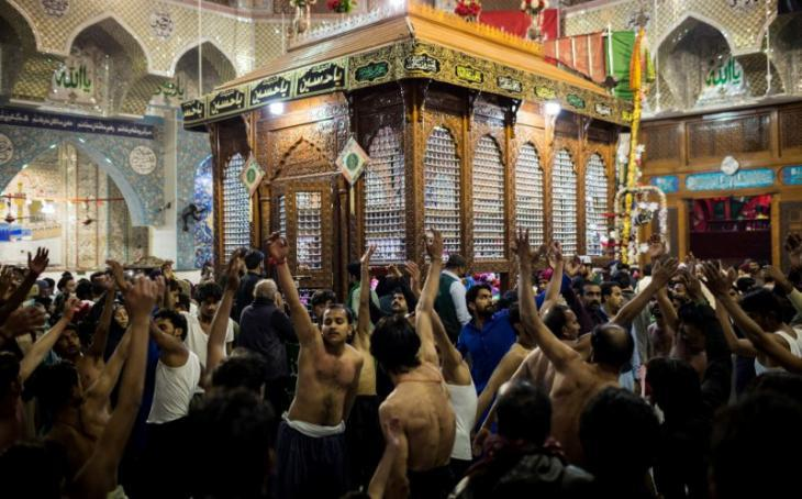 Shia Muslims beats their chests rhythmically in front of the shrine (photo: Philipp Breu)