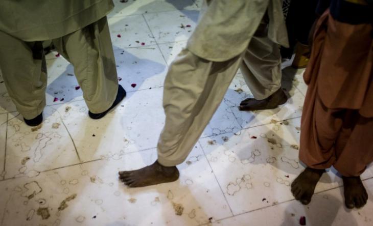 ´Sufis gather on the marble floor of the Lal Shahbaz Qalandar shrine (photo: Philipp Breu)