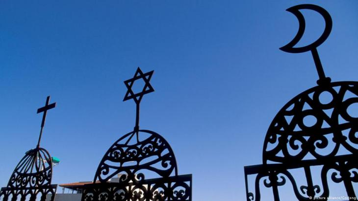 Symbolic image of Christianity, Judaism and Islam (source: picture alliance/Godong)