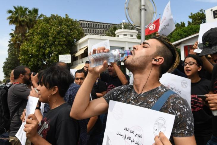 Non-fasting demonstrators in Tunis protest the daytime closure of cafes and restaurants during Ramadan, 27.05.2018 (photo: Ismail Dbara)