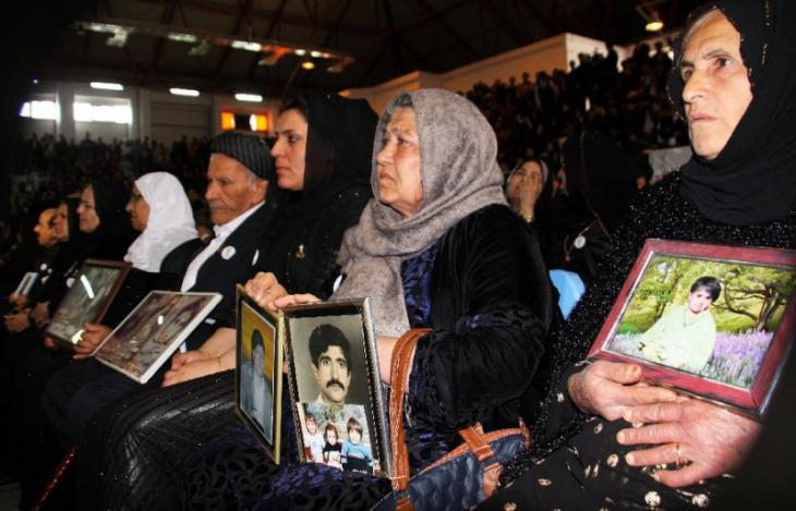 Iraqi families grieve their families following the poison gas attack on Halabja (photo: Reuters)