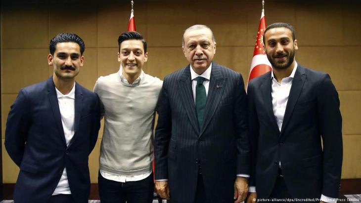 Erdogan with Ozil and Gundogan on 13.05.2018 (photo: picture-alliance/dpa)